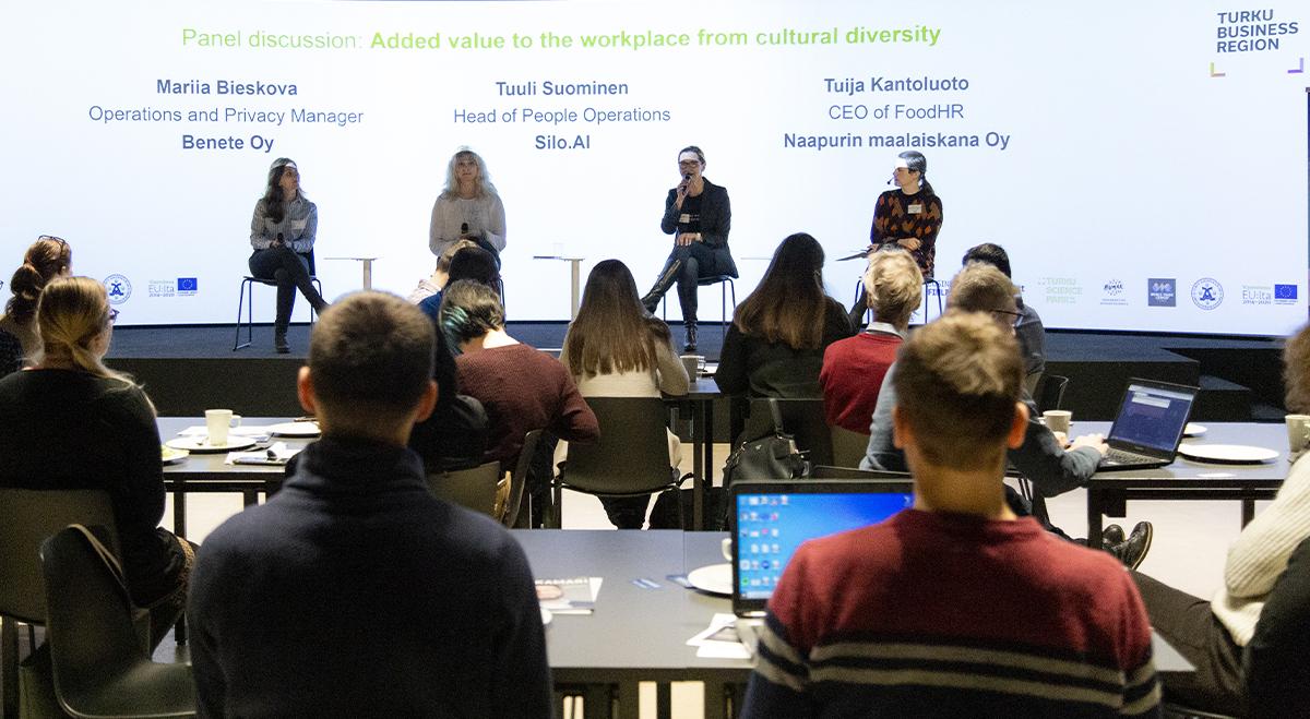 Monikulttuurisuus yrityksen menestystekijänä -blogin valokuva, jossa kuvattuna tapahtuman panelistit.