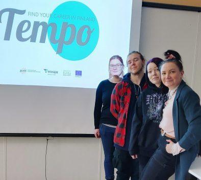 """Valokuva blogiin """"yrittäjämäinen asenne"""". Kuvassa neljä henkilöä ja taustalla Tempon logo sekä partnerien logot."""