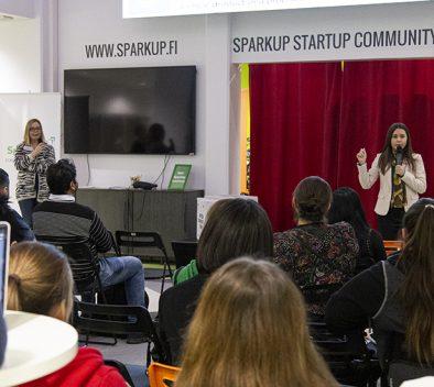 Tempo-hankkeen yrittäjyyskurssin tapahtuma, jossa ihmiset istuvat penkeillä ja kuuntelelvat edessä olevaa puhujaa.